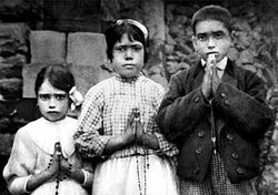 Fatima children with rosaries.jpg
